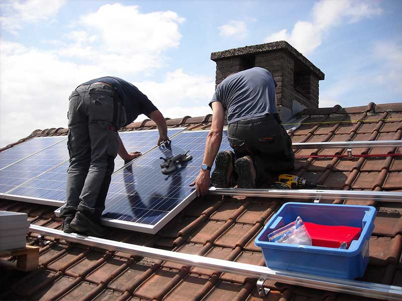 Why is it easy to install solar panels on flat roofs